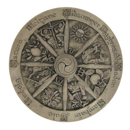 scultura pagana con la Ruota dell'Anno